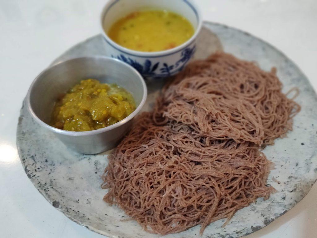 こちらの蕎麦のようなものは、タカキビで作られたプトマヤム