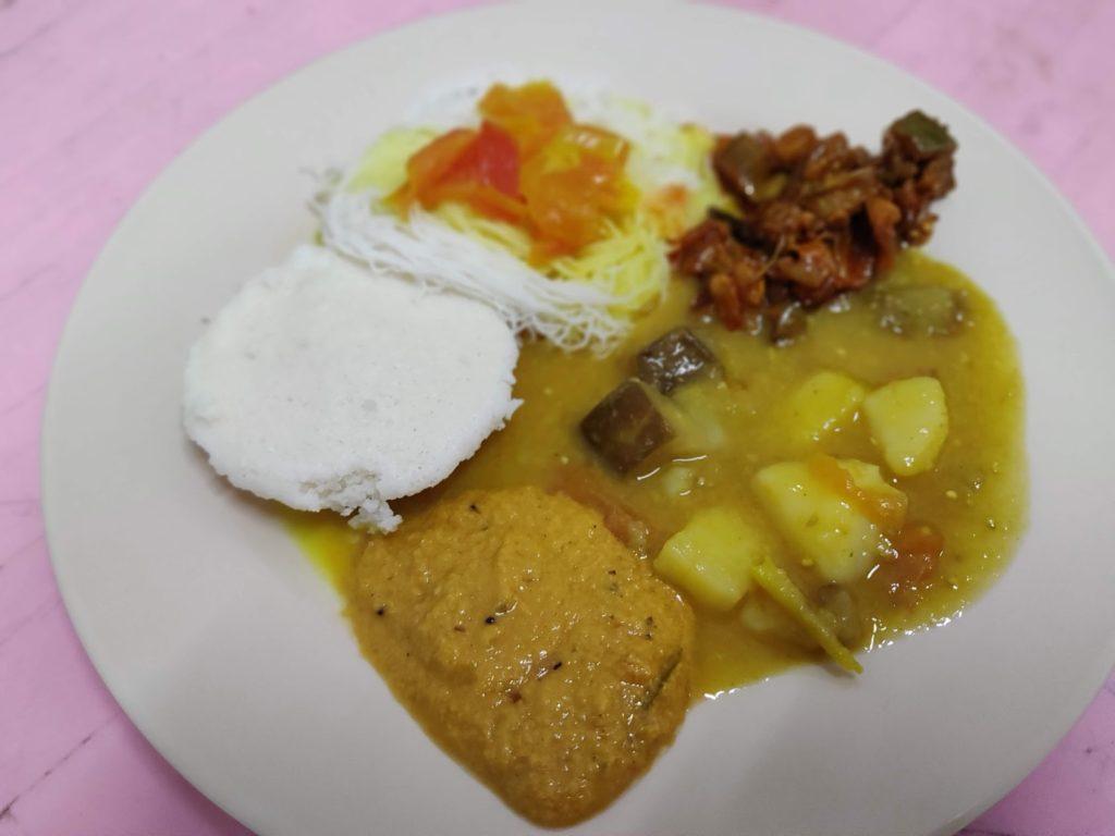 イドリーとプトマヤム(後方の素麺のようなもの)